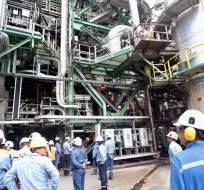 ESMERALDAS, Ecuador.- Un grupo de 11 legisladores hizo un recorrido para comprobar la operación de la Refinería. Foto: Twitter Petroecuador