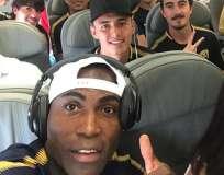 El delantero ecuatoriano tuvo que ser trasladado por hinchas al estadio. Foto: Tomada de la cuenta Twitter @PumasMX