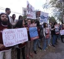 QUITO, Ecuador.- Ciudadanos protestaron frente a embajada de China para exigir la expulsión de una flota que opera en los alrededores de las islas Galápagos. Fotos: API.