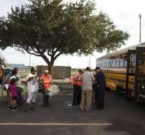 Varias personas se preparan el jueves 24 de agosto de 2017 para subir a un autobús en el Centro de Natación de Corpus Christi porque serán trasladadas a San Antonio antes de que el huracán Harvey toque tierra en Texas. Foto: AP