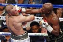 Conor Mcgregor (i.) perdió en el décimo asalto por knockout técnico. Foto: AP