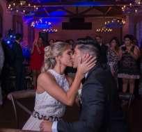 Chyno Miranda y Natasha Aaros sellando el sí con un beso, en su boda civil. Foto: MSN Latino
