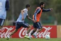 Lionel Messi (d.) ya entrena con la 'albiceleste' en Argentina. Foto: AP