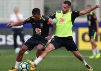 Paulinho (i.) y Renato Augusto durante una práctica de la selección brasileña. Foto: Tomada de la cuenta Twitter @CBF_Futebol