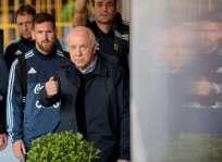 El jugador del FC Barcelona hizo llamar a un niño que la seguridad se lo habría llevado. Foto: AFP