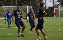 Antonio Valencia (i.) es uno de los futbolistas que tiene una tarjeta amarilla. Foto: Tomada de la cuenta Twitter @FEFecuador