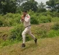 El video del heroico accionar del alguacil Abhishek Patel se ha hecho viral en YouTube. Foto: Captura de YouTube