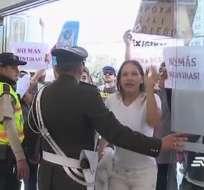 QUITO, Ecuador.- Madres que denuncian irregularidades y extrabajadores de clínica La Primavera se presentaron en Complejo Judicial. Foto: Captura Video.