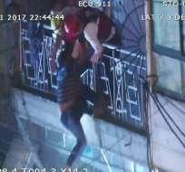 Una llamada al  911 alertó de un hombre que se encontraba en un balcón y al parecer iba a caerse del mismo. Foto: Ecu911 Santo Domingo