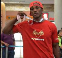 El boxeador ecuatoriano Carlos Mina arribó al país y mostró la medalla que ganó en el mundial.