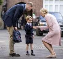 El príncipe George acompañado por el príncipe Guillermo, Duque de Cambridge, llega para su primer día de escuela en la escuela donde es encontrado por Helen Haslem, directora de la escuela inferior. Foto: AFP