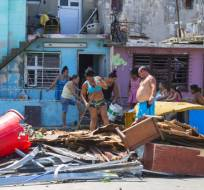 EE.UU.- Varios vecinos retiran restos y escombros y los colocan fuera de sus casas tras el paso del huracán Irma en La Habana, Cuba. Foto: AP