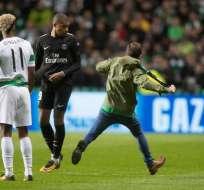 El francés Kylian Mbappé casi es golpeado por un hincha del Celtic en juego por Champions.