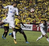 El uruguayo Jonatan Álvez le dio el empate a Barcelona ante Santos en el Monumental.