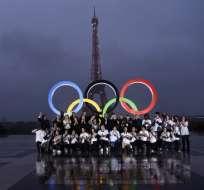 Un grupo de voluntarios posó junto a los aros en la oficialización de París como sede de los Juegos Olímpicos de 2024.