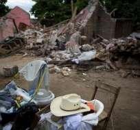 Un puñado de objetos rescatados son vistos delante de los restos de una casa destruida el jueves por un terremoto de magnitud 8,1 en Asunción Ixtaltepec, en el estado mexicano de Oaxaca, el domingo, 10 de septiembre del 2017. Foto: AP