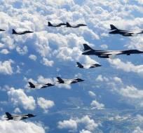 Cuatro aviones furtivos F-35B y dos bombarderos B-1B sobrevolaron la península. Foto: AFP
