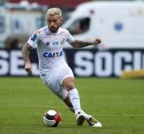 El volante brasileño Lucas Lima es baja en Santos para el partido ante Barcelona.