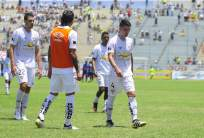 El defensor uruguayo (d.) confía en que la hinchada de Liga de Quito llene el estadio. Foto: API