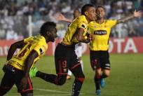 El único gol del partido lo hizo Jonatan Álvez (c.) a los 67 minutos del partido. Foto: AFP