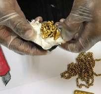 La policía sacó 7 pequeños lingotes de oro y 6 cadenas del recto del hombre. Foto: AFP