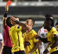 Jonatan Álvez fue expulsado con roja directa en el partido que ganó Barcelona a Santos en Brasil.