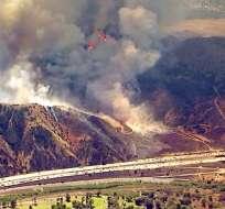 Cerca de 200 bomberos trataron de controlar el fuego en condados de Orange y Riverside. Foto: Tomado de Univisión.