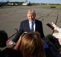 El presidente Donald Trump habla con los medios de comunicación antes de abordar el avión presidencial en el Aeropuerto Municipal de Morristown el domingo 24 de septiembre de 2017 en Morristown, Nueva Jersey. Foto: AP