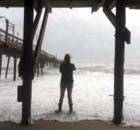 Una mujer está en la playa mientras la tormenta María se acerca a los Outer Banks, la cadena de islas de Carolina del Norte, el martes 26 de septiembre de 2017. Foto: AP