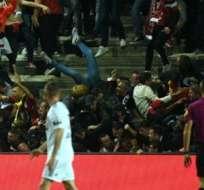 Decenas de heridos por avalancha de aficionados del Lille mientras celebraban un gol de su equipo.