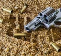 Policía encuentra armas y explociones en la habitación del atacante.