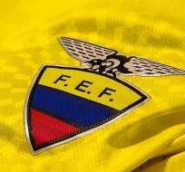 Los seleccionados ecuatorianos aprovechan la concentración para intercambiar camisetas de sus clubes.
