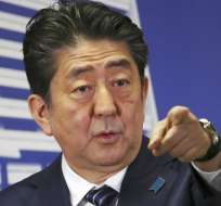 El primer ministro de Japón, Shinzo Abe, señala a un periodista durante una conferencia de prensa en la sede de su Partido Liberal Democrático, en Tokio, el 23 de octubre de 2017. Foto: AP