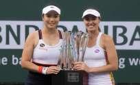 La tenista suiza (d.) es la actual número uno del mundo en la modalidad de parejas. Foto: Tomada de http://www.bnpparibasopen.com
