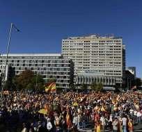 MADRID, España.- Miles de personas con banderas españolas se manifestaron este sábado en la Plaza de Colón en Madrid, para defender la permanencia de Cataluña en España. Foto: AFP.