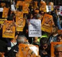 """Manifestantes sostienen carteles que dicen en catalán """"Libertad para los presos políticos"""", durante una protesta contra la decisión de un juez de encarcelar a exmiembros del gobierno catalán en Barcelona, España, el domingo 5 de noviembre. Foto: AP"""