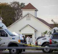 La escena frente a la iglesia First Baptist Church en Sutherland Springs, Texas, donde un individuo entró disparando y mató a 26 personas el 5 de noviembre del 2017. Foto: AP