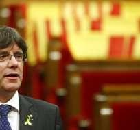 En esta imagen de archivo del viernes 27 de octubre de 2017, el entonces presidente regional de Cataluña, Carles Puigdemont, canta el himno de la región tras una votación sobre la independencia en el parlamento catalán, en Barcelona, España. Foto: AP