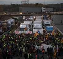 Manifestantes bloquean una autopista durante una huelga general en Borrassa, cerca de Girona, el miércoles 8 de noviembre de 2017. Foto: AP