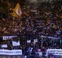 La gente participa en una manifestación en Barcelona el 11 de noviembre de 2017 pidiendo la liberación de los líderes separatistas encarcelados. Foto: AFP