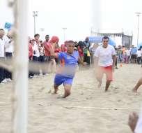 Guayas (azul) ganó 15-10 a Manabí en balonmano. Foto: Ariel Ochoa/API
