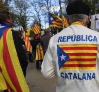 """Un hombre viste un suéter con la bandera independentista catalana """"Estelada"""" durante una manifestación de partidarios independentistas pro catalanes que pedían la liberación de los líderes separatistas encarcelados el 12 de noviembre de 2017 en Bruselas. Foto: AFP"""