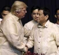 El presidente de Estados Unidos, Donald Trump, estrecha la mano del presidente de Filipinas, Rodrigo Duterte, durante una cena de gala especial para la Asociación de Naciones del Sudeste Asiático (ASEAN) en Manila el 12 de noviembre de 2017. Foto: AFP