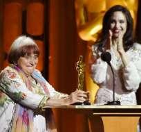 La directora francesa Agnes Varda (izq) recibe el Oscar a su carrera. Mientras, la actriz Angelina Jolie aplaude en los Premios de los Gobernadores, en The Ray Dolby Ballroom, el 11 de noviembre de 2017, en Los Angeles. Foto: AP