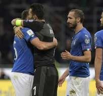 PARÍS, Francia.- Italia solo se había perdido dos Mundiales en toda su historia futbolística: 1930 y 1958. En la foto, el arquero mítico Buffon abraza a sus compañeros. Crédito: AFP.