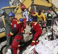 Un equipo de rescate retira de los escombros el cuerpo de una víctima del terremoto en Sarpol-e-Zahab, en el oeste de Irán. Foto: AP
