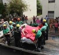 La mujer debió ser trasladada en su propia cama montada en un camión tipo grúa. Foto tomada de diario Clarín
