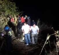 VÍA MOLLETURO-NARANJAL, Ecuador.- El vehículo de los socorristas cayó a un abismo de 300 metros tras atender una emergencia. Foto: Tomado de Twitter  @Sanchezmendieta