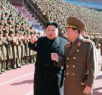 Esta foto de archivo sin fecha publicada por la Agencia Central de Noticias de Corea del Norte (KCNA) el 2 de febrero de 2015 muestra al líder norcoreano Kim Jong-Un (centro L) hablando con Hwang Pyong-So (centro R) mientras se encuentra con los participantes en una reunión de cuadros militares y políticos en un lugar no revelado. Foto: AFP