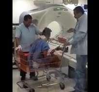 El vìdeo muestra el traslado del paciente en un carrito de supermercado. Foto: El Universal